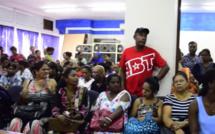 Les employés licenciés de l'usine Palmar Ltée étaient réunis à Port-Louis lundi