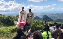 Une messe en haut de la montagne Le Pouce