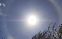 Un halo lumineux autour du soleil observé dans le ciel mauricien