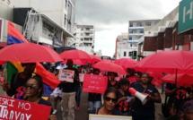 ▶️ Parapli Rouz : Une marche organisée par les travailleuses du sexe