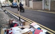A Port-Louis, une agence de voyage se débarrasse de documents confidentiels sur le trottoir