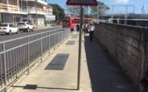 A Port-Louis, un panneau de signalisation installé en plein milieu du trottoir