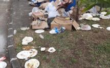 A la gare de Saint-Pierre après une distribution de briani, les restes du festin jetés par terre