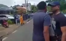 Bruneau Laurette quitte Vieux Grand Port malmené par les membres de la Hindu Shakti Sena