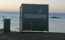"""A Trou-aux-Biches, """"Il y a le ciel, le soleil et la mer..."""" mais aussi une immense poubelle"""