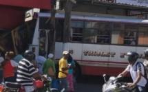 Triolet : un autobus s'encastre dans un magasin