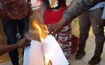[Vidéo] Les syndicats de Rodrigues brûlent le rapport PRB